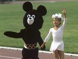 Олимпийский мишка и девочка