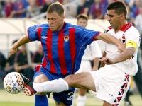 Денис Попов (слева)