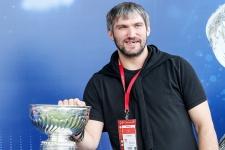 Овечкин наполнил Кубок Стэнли чёрной икрой и «зажёг» на закрытой вечеринке