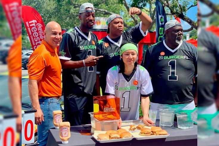 Миниатюрный японец съел на 19 чизбургеров больше, чем центровой НБА