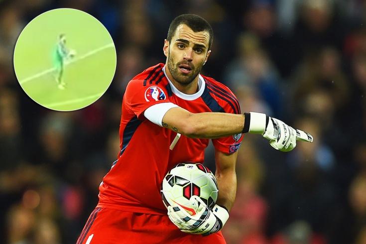 Альдо Симончини взял мяч в руки за штрафной