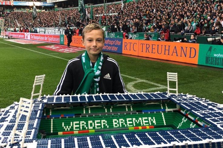 Мальчик строит стадионы Бундеслиги из Лего