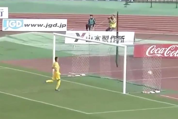 Японский вратарь пропустил два гола с центра поля