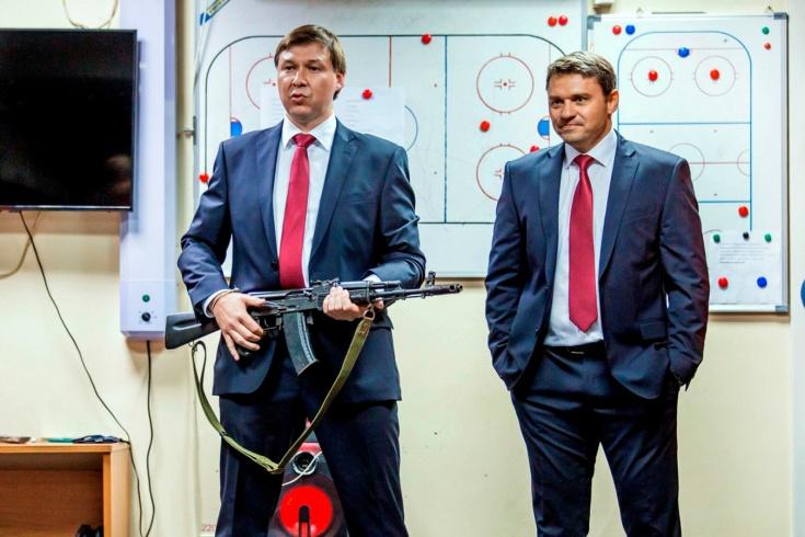 Тренер «Ижстали» принёс автомат Калашникова