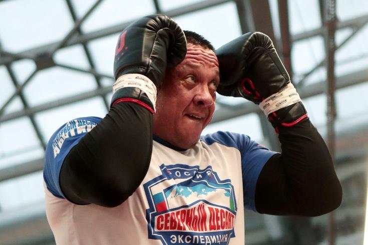Кокляев нашёл перчатки, которые потерял после боя
