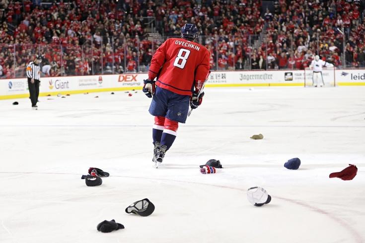 Зачем после хет-трика кидают кепки на лёд?